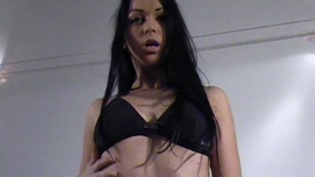 Lafranceapoil.com- Striptease en musique et exhib tres sexe pour une mannequin improvisee salope
